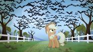 S04E07 Applejack na tle nietoperzy w swoim sadzie