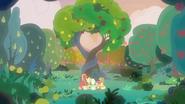 S07E13 Rodzina podziwia drzewa zasadzone przez Pear Butter i Bright Maca w dniu ich ślubu
