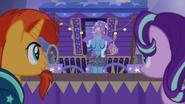 S07E24 Trixie owija się łańcuchami