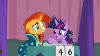 Twilight pointing at Cranky Doodle S9E16