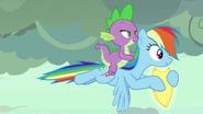 S07E25 Rainbow Dash i Spike odlatują z tarczą