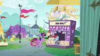Twilight meets the Canterlot news stand pony S7E14