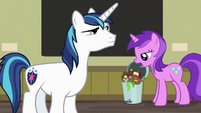 Amethyst Star throws out an apple core S7E3