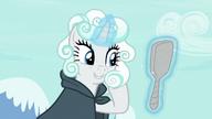 S07E19 Rarity podziwia swoją chmurkową perukę