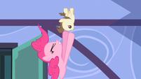 S02E13 Pinkie próbuje dosięgnąć Pound Cake'a