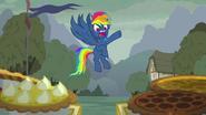 S07E23 Rainbow Dash z wyobraźni Pinkie patrzy na ciasta