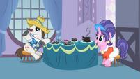 S02E05 Rodzice Rarity przy stole