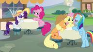 S06E21 Przyjaciółki siedzą w kawiarni