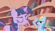 S01E07 Rainbow Dash salutuje