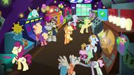 S06E20 Applejack rozgląda się w salonie gier