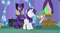 Spike gathers his stuff in a hurry S9E19