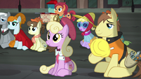 Work pony stops to watch the play S5E16