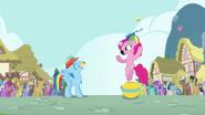 S04E12 Pinkie podrzuca babeczkę