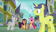 S06E12 Pinkie Pie i Saffron Masala zapraszają przechodniów do restauracji