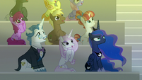 Audience ponies watch the sun rise S8E7
