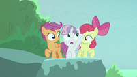 Sweetie Belle pointing up at Terramar S8E6