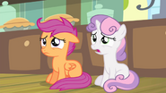 S04E17 Sweetie Belle i Scootaloo martwią się o Apple Bloom