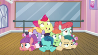Apple Bloom and foals in a pile on the floor S6E4