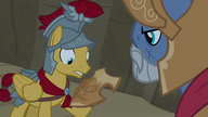 S07E16 Flash otrzymuje tarczę Netitus