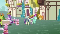 Spike walking with Lyra and Sweetie Drops S7E15