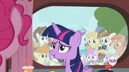 S04E15 Tłum wielbicieli fotografujący Twilight