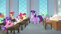 Twilight looking amused at the Crusaders S8E12