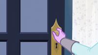 Twilight opening a door EG3