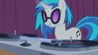 S01E14 DJ Pon-3 przesuwa aurą ramię gramofonu