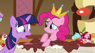 S01E10 Twilight zła na Pinkie za zjadanie ciast