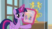 S09E07 Twilight trzyma plakaty