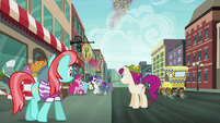 Manehattanites see Pinkie fire her party cannon S6E3