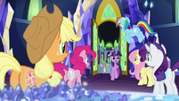 Twilight joins her friends in the throne room S8E15