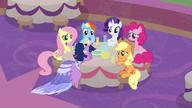 S9E26 Twilight siada wyczerpana przy stole przyjaciółek