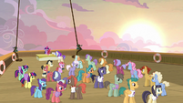 Very long line of cruise ponies waiting for autographs S7E22
