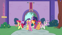 Luster and friends enter the school gardens S9E26