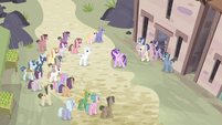 Ponies gathering around S5E02