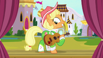 Apple Chord appears on the stage S9E4
