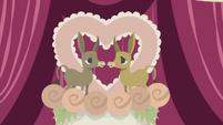 Donkey figurines on top of wedding cake S5E9