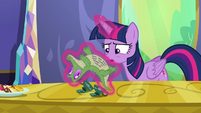 Twilight reads Pinkie's note on Gummy's stomach S6E22