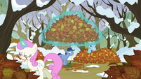 Ponies moving the leaves S5E5