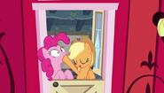 S04E09 Applejack zatyka usta Pinkie