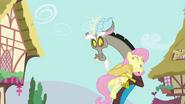 S04E26 Fluttershy przytula Discorda