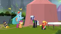 Rainbow Dash greeting the Washouts S8E20