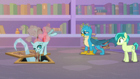 Ocellus pushes Yona through grate S8E22