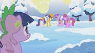 S01E11 Twilight i Spike patrzą na kucyki