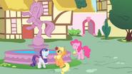 S01E22 Rarity, Applejack i Pinkie obok fontanny