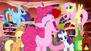 S01E01 Pinkie zjada babeczkę na raz