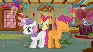 S01E12 Sweetie Belle i Scootaloo pokazują gładkie boczki
