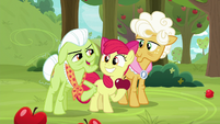 Granny nudges Apple Bloom with her elbow S9E10