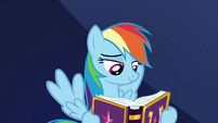 Rainbow reading about her awesomeness S7E14